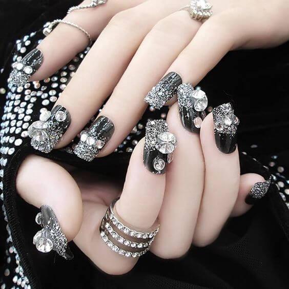 Mẫu nail xám đen sang trọng này phù hợp cho những buổi tiệc dưới trời đêm