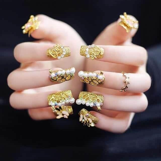 Nail vàng đính đá tạo kiểu hình vương miện sang trọng