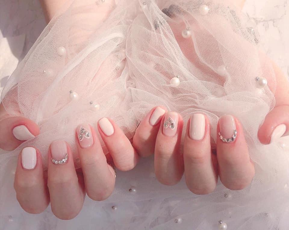 Nail hồng đính đá tạo mang đến sự dịu dàng, dễ thương cho đôi tay