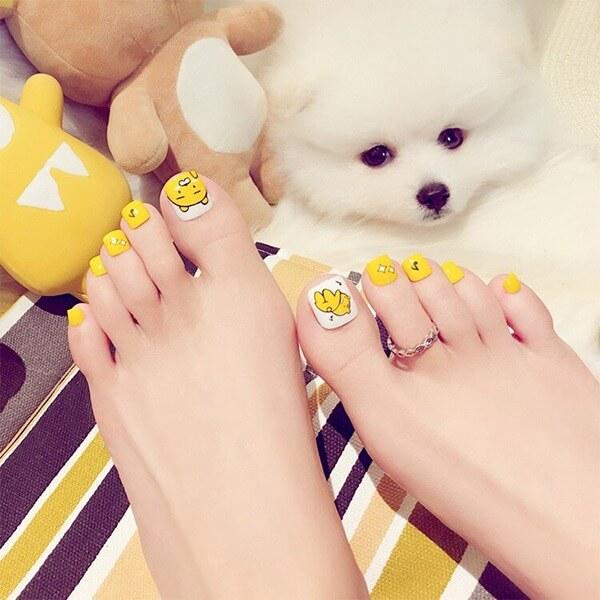 Nail chân màu vàng đơn giản nhưng xinh xắn