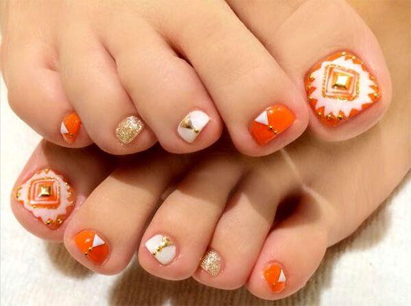 Nail chân với nền cam và thiết kế độc đáo