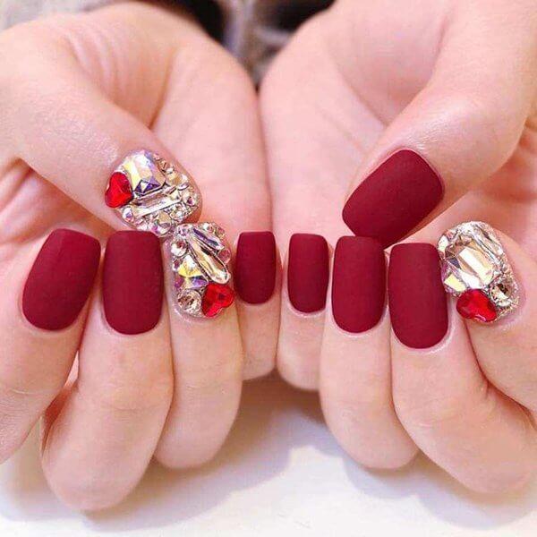 Nail đính đá màu đỏ phù hợp với những nàng thích sự thời thượng