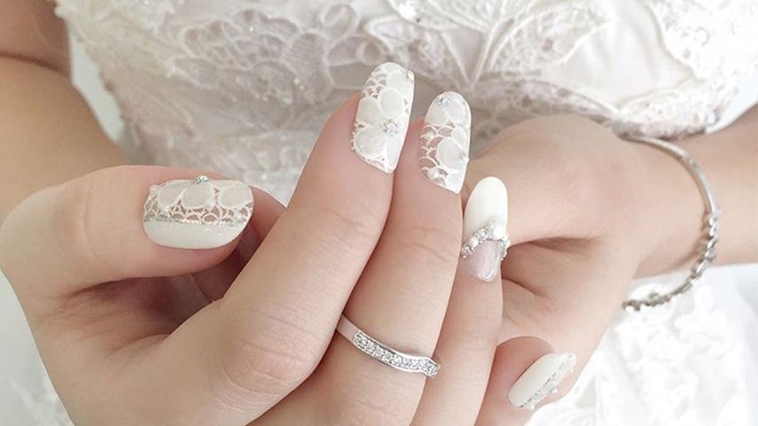 Nail cô dâu màu trắng tinh khiết và dịu dàng