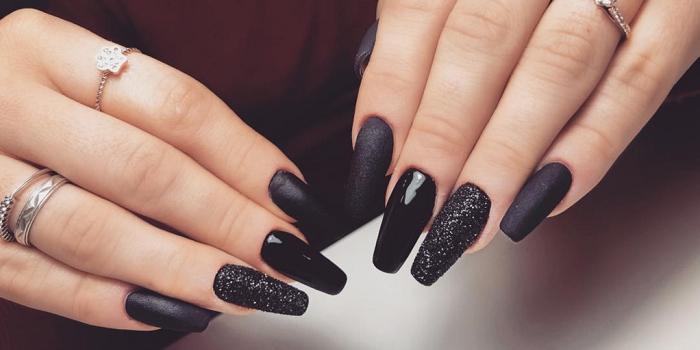Màu đen cho đôi tay thêm trắng sáng