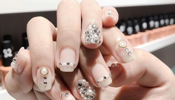 Phối hợp các viên đá với hạt châu làm tăng sự đẹp mắt cho bàn tay