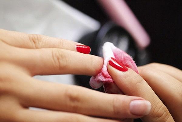 Không nên tẩy rửa quá nhiều có thể khiến móng bị sờn và da khô