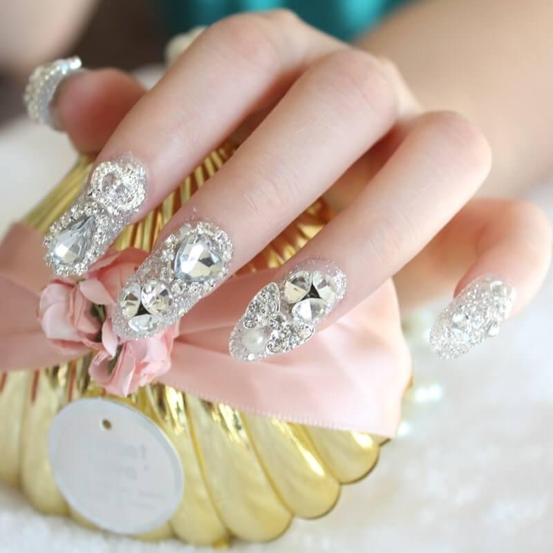 Một chút lấp lánh với kiểu đính đá cho đôi tay thêm sang trọng