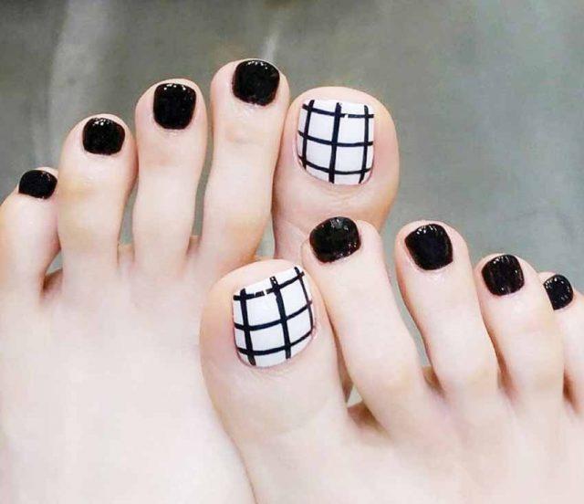 Bàn chân thêm xinh với bộ móng vẽ sọc caro trắng đen
