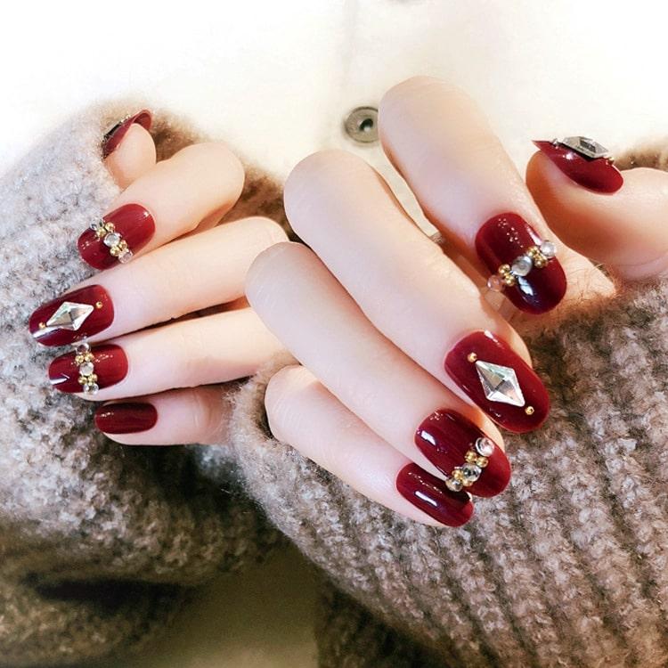 Quyền lực và cuốn hút với bộ gel nail màu đỏ đính đá