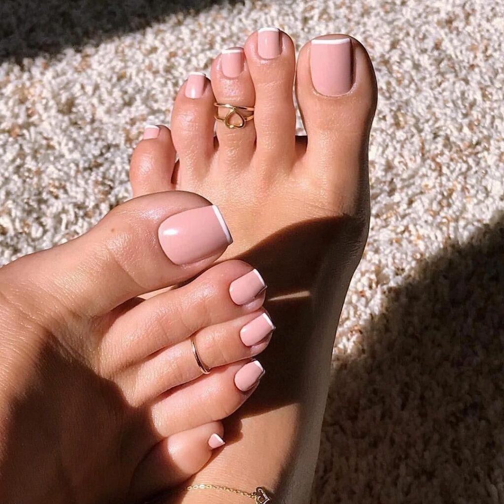Sơn móng chân hồng đất giúp tôn làn da ngăm vốn có