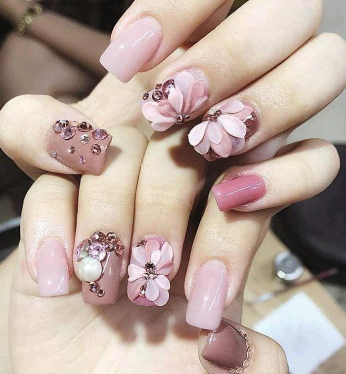 Xinh xắn với những mẫu nail gel kết hợp đính đá và gắn hoa