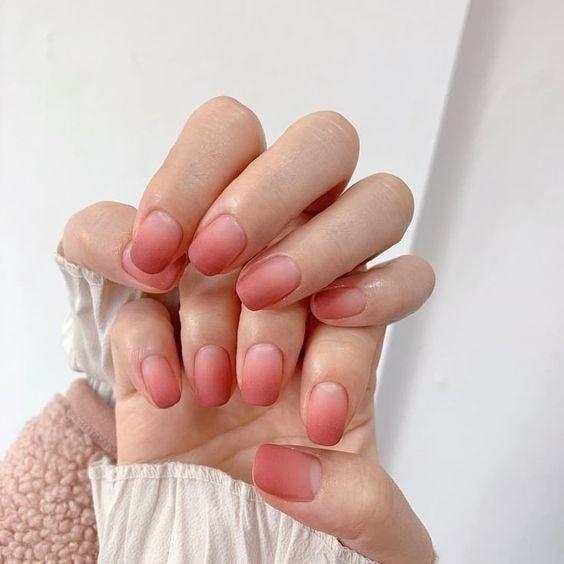 Sự kết hợp độc đáo giữa màu hồng đất và trắng tạo nên màu gel ombre thu hút