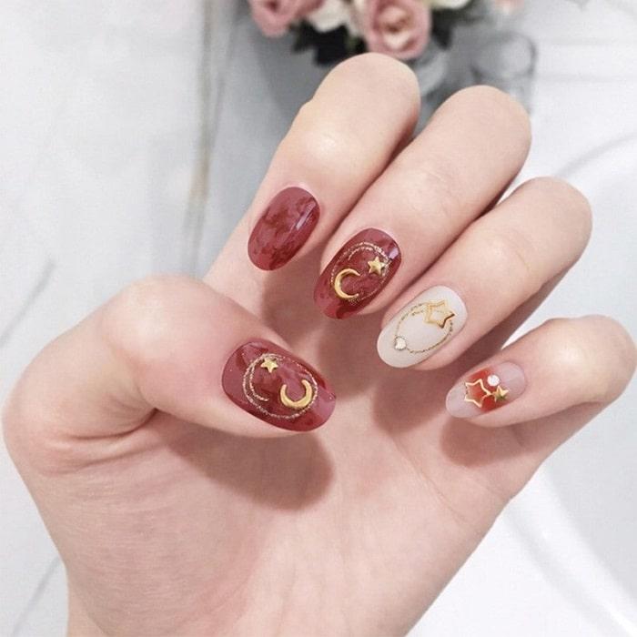 Sơn nail màu đỏ kết hợp trang trí móng hiện đại