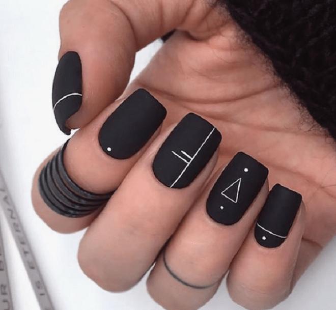 Sơn gel đen nhám cho làn da đen thêm nét cá tính
