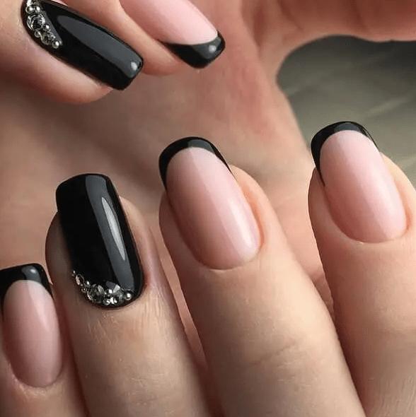 Thiết kế vẽ đầu móng kết hợp hai màu đen va hồng nude