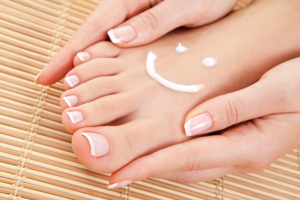 Dưỡng ẩm cho bàn chân trông mềm mại hơn