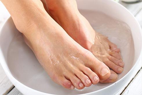 Ngâm chân để da mềm dễ loại bỏ