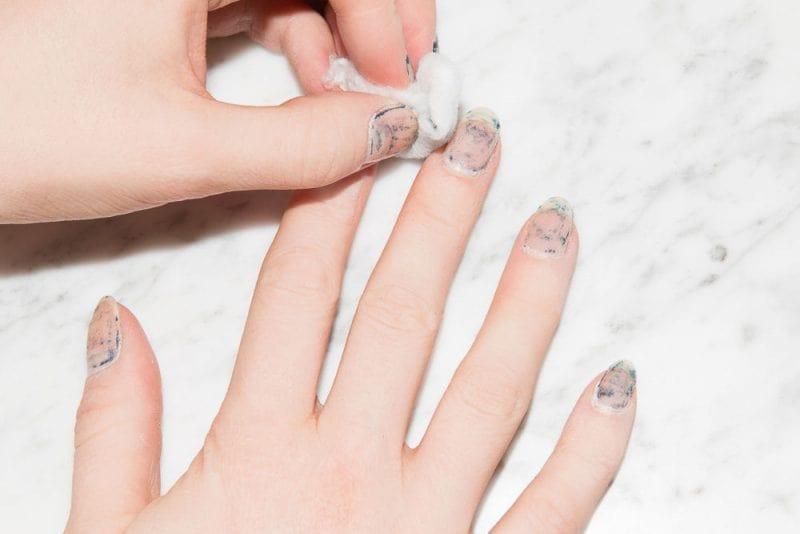 Tẩy móng sơn gel không đúng cách có thể làm hư móng