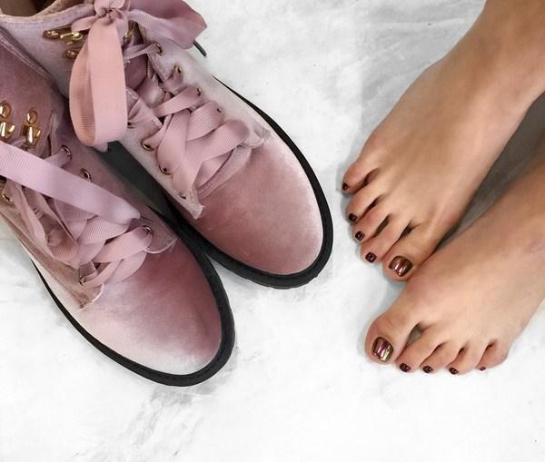 Sau Tết sơn móng chân màu nào thì hợp trend?