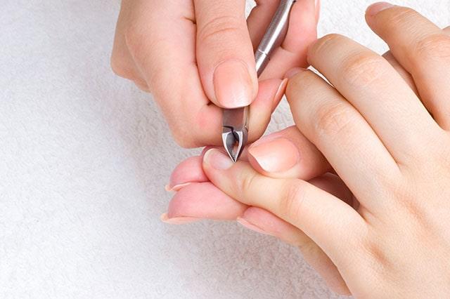 Sử dụng kềm cắt da để làm sạch bàn tay
