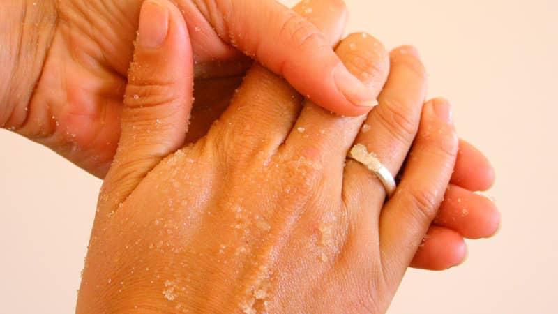 Tẩy da chết để làm sạch bụi bẩn, giúp da mà móng mịn màng hơn