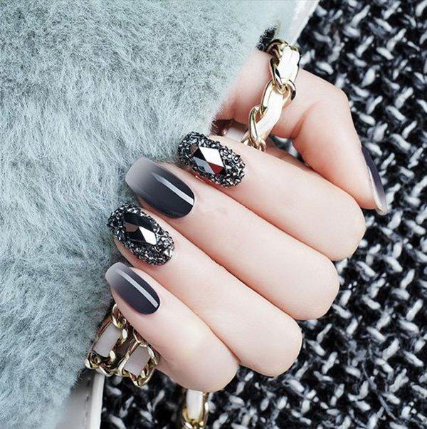 Móng tay đen ombre phối với đen đính đá thì quyền lực không gì bằng