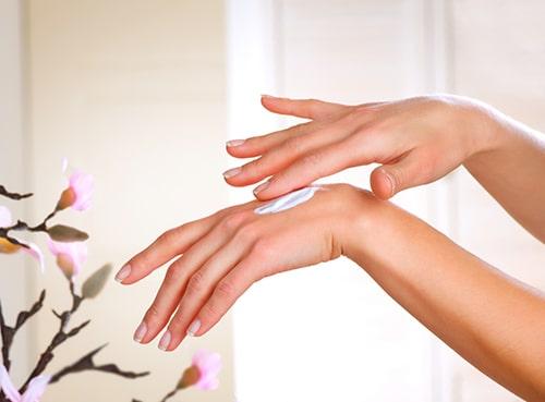 Thoa kem dưỡng ẩm rất có ích cho móng và da của đôi tay bạn