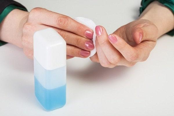 Sử dụng nước tẩy móng không chứa aceton để bảo vệ móng và da của bạn