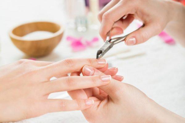 Dùng kềm cắt nhẹ phần da dư thừa xung quanh móng